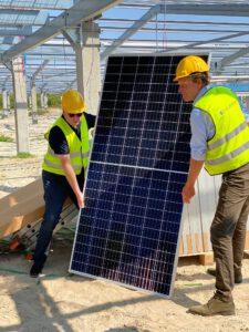 Eerste paneel grootste Nederlandse zonnepark